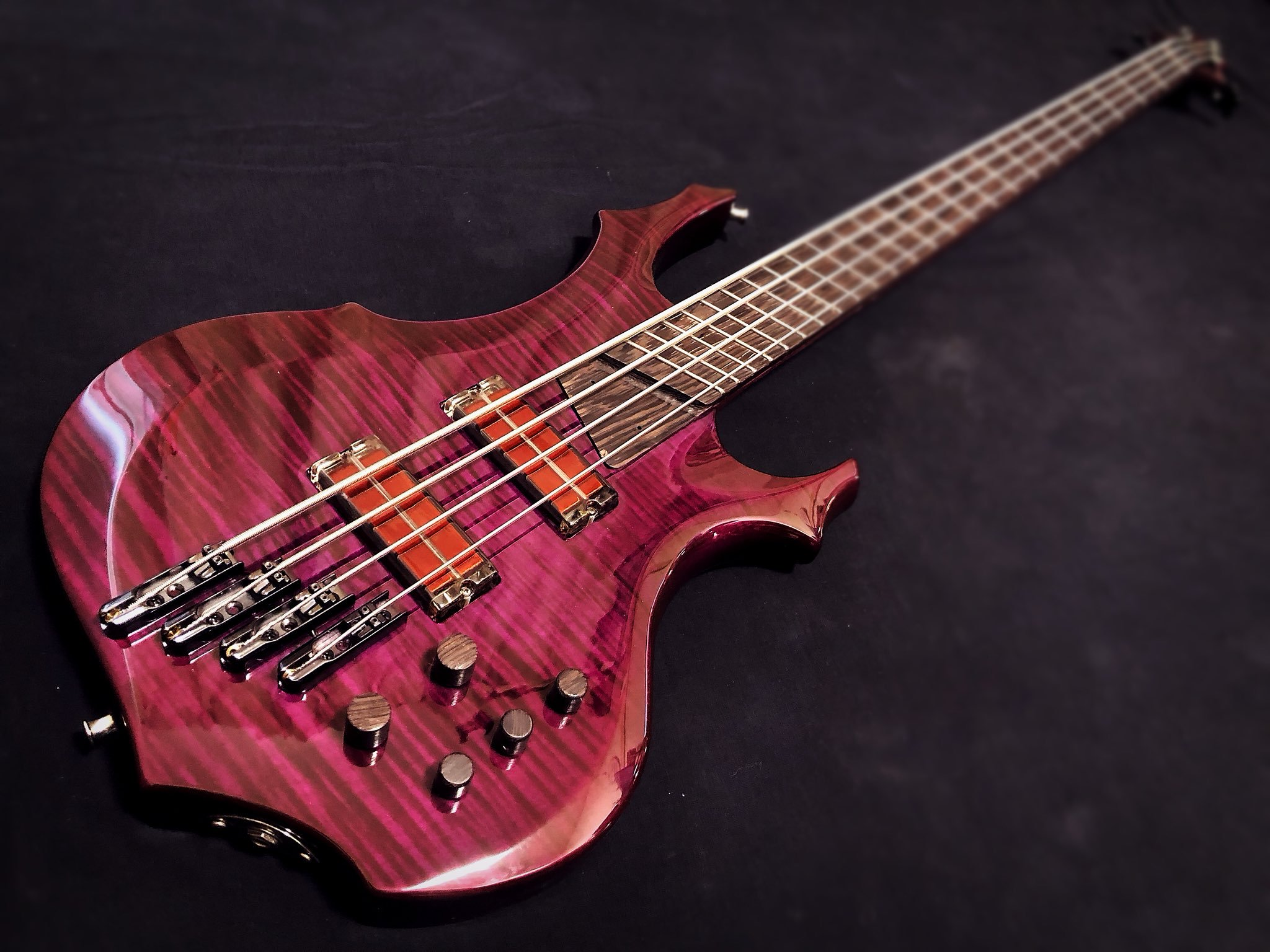 Awesome bass made by Go Takigawa equipped with q-tuner pickups
